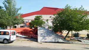 Exterior del polideportivo, acordonado desde el viernes por la noche. - EVA M HERAS