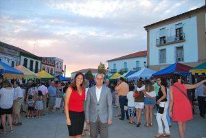 La alcaldesa de Fuente Obejuna, Silvia Mellado, junto al diputado provincial Maximiano Izquierdo, en la feria. - EVA M. HERAS