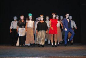 Los actores de la coproducción 'Los Locos de Valencia', en el escenario. - EVA MARÍA HERAS