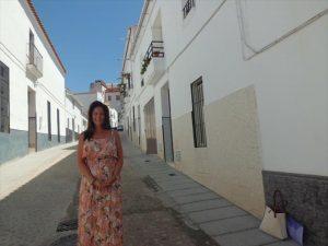 La alcaldesa, Silvia Mellado, en la remozada calle Sevilla. - EVA MARÍA HERAS