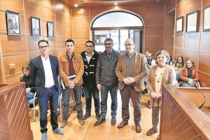 Manuel Carmona (segundo der.), en una visita a Los Pedroches este año. En primer término, el alcalde de Pozoblanco. - RAFA SÁNCHEZ